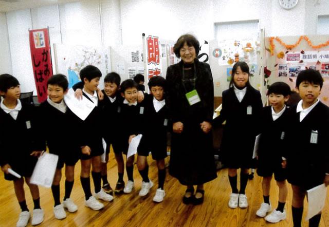 小学生の朗読グループ