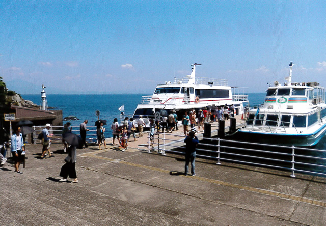 高速船で30分、竹生島港