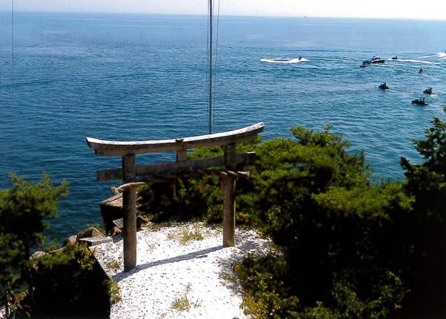 拝所から琵琶湖に向かう鳥居へかわらけを投げ、鳥居の間を通ると願いが叶うと言われている