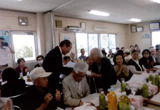 森田副市長から90歳以上の長寿記念品を受ける堀澄江さん