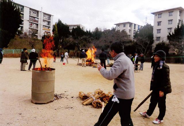 ドラム缶も焚かれ暖を取る