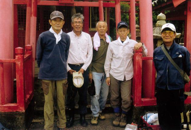左から戸取さん、武居さん、有馬さん、竹尾さん、八木さん。登山道入口の白玉稲荷