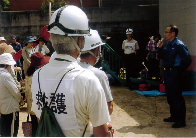 訓練の講評をする下松市藤本総務部長