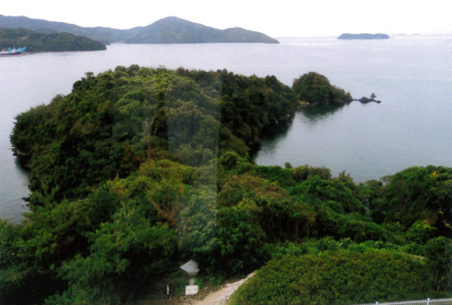 5階の窓から西方、大城岬と古島をみる