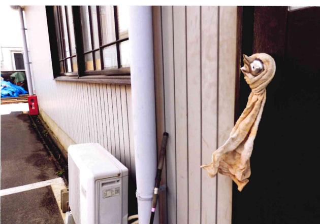 ドアのノブにタオルを巻きつける