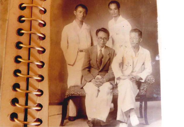 父親が台湾の方々と(右端)