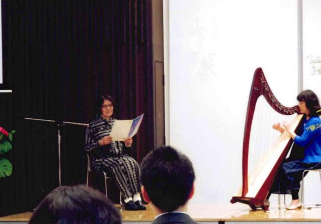 ハープの清水昭子さんと「千の風になって」を朗読するソムリエの今治淳子さん