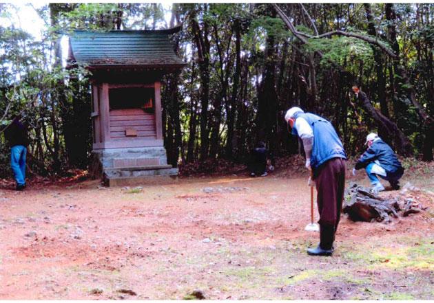 高良神社境内の清掃