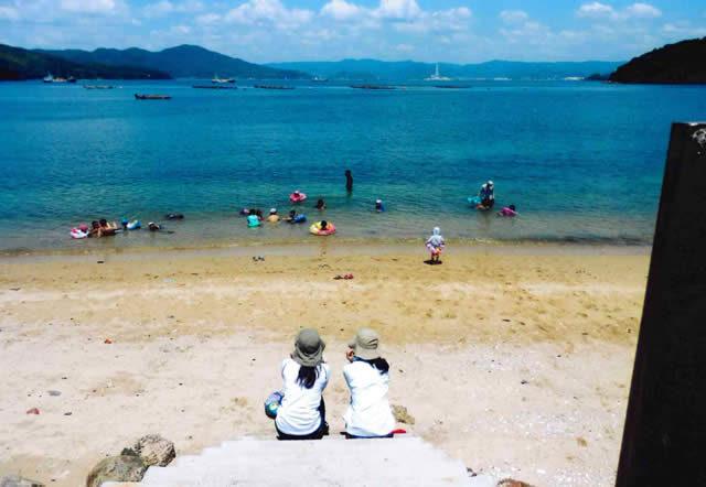 旧深浦中学校前の浜で泳ぐ。向こうは下松