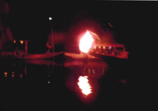 かがり火が川面に映える