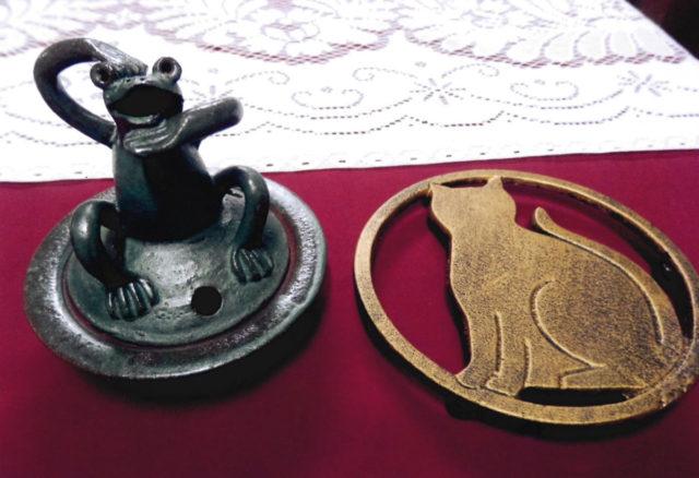 カエルの香炉(2,000円)と猫の土瓶敷(1,000円)