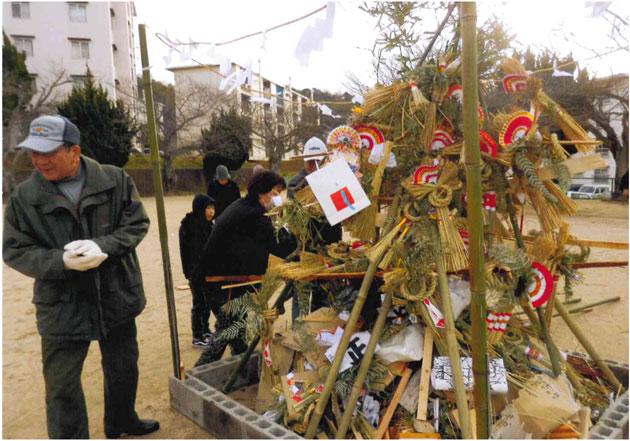 旗岡千世帯から正月飾りが集まった