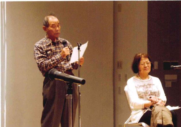 「千の風」を歌う開村さんと朗読する今治さん