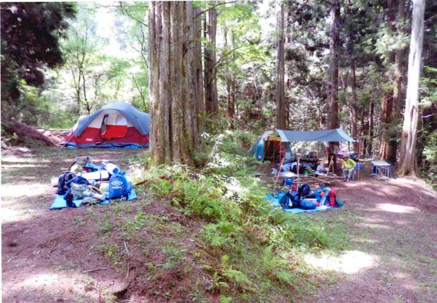 大きなテントには6人入れる