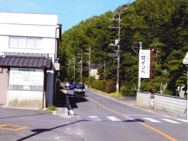 久保出合旧道、ここより前方100m先の右側に神社