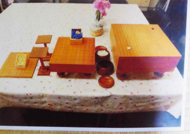 小学校に寄贈された碁盤と将棋盤