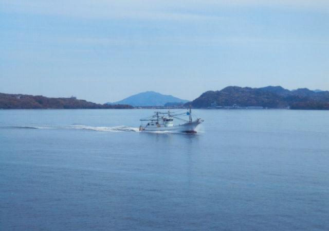 見島の漁船とすれ違う