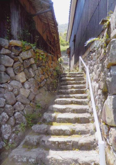 島の坂道 家も段々上へ