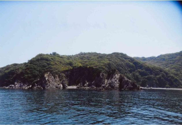島のまわりは岸壁だらけ
