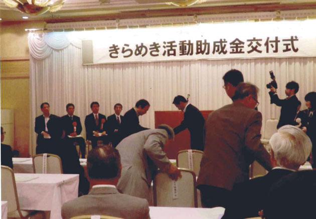 村岡知事から各団体に直接手渡しされた