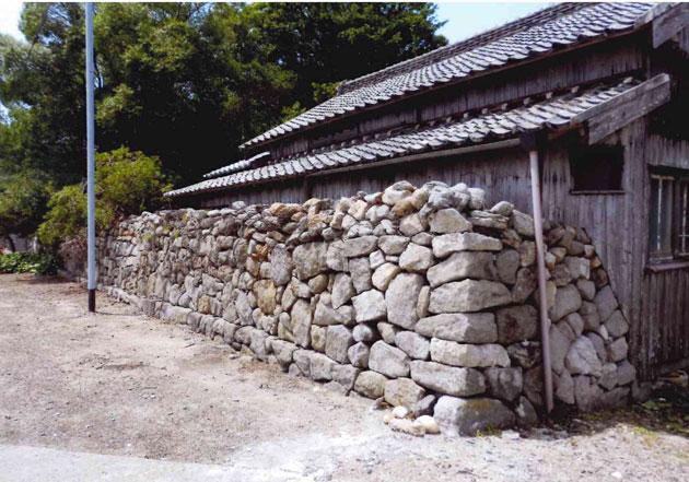 年季がかかっている石積の塀