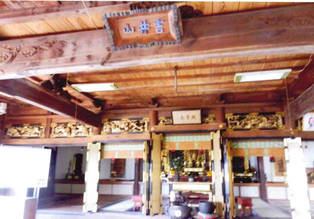 寺もよく管理されている 大きな梵鐘に半鐘、堂内にはシャンデリア