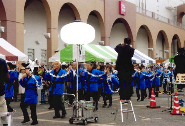 「潮騒と星のまちニューバージョン」を銀色のうちわで踊る笠戸島連合チーム