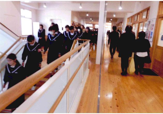 校舎内を列をなして移動