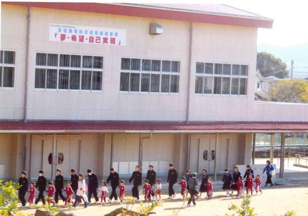 3年生が鋼鈑幼稚園児を誘導して3階へ避難した