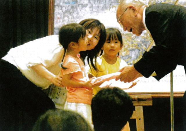 表彰された子どもと話す市長
