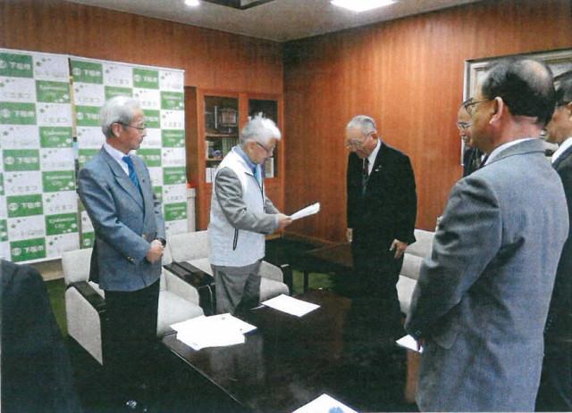 今治会長から井川市長へ要望書を提出