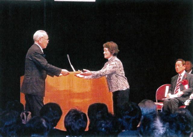 井川市長より表彰状が渡される