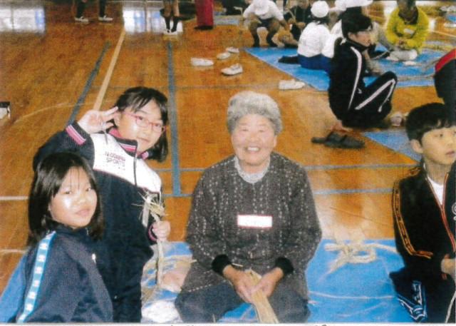 久保小体育館でおばあちゃんに習う