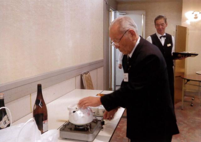 当日、井川市長が特別にフグのひれ酒を差入れ