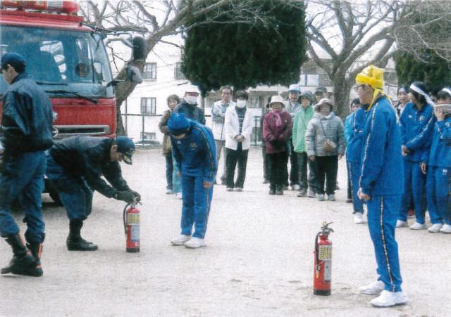消防士による消火器の使い方訓練