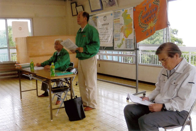 みどりの防災士ブルゾンを着用して話す山口県自主防災アドバイザーの今治さんと浅本さん