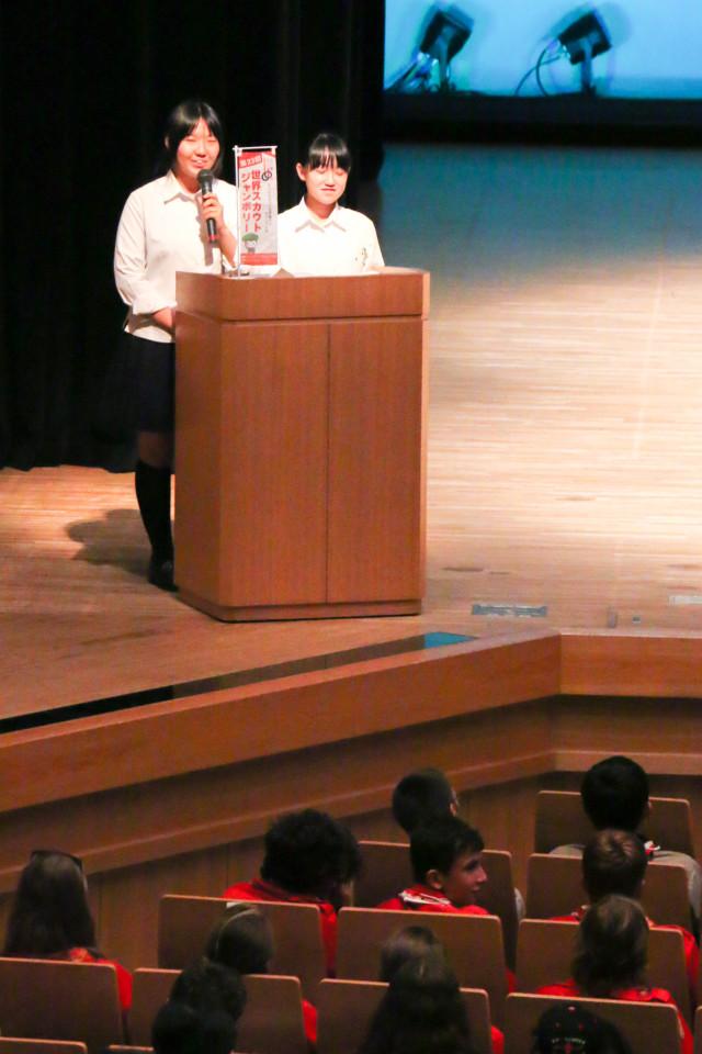 司会と通訳の下松高校3年生