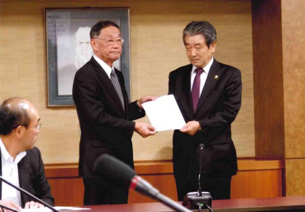 田中会長から国井市長へ要望書提出