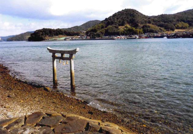 海に立つ石の鳥居