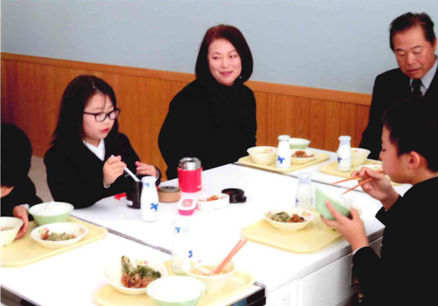 河村さん夫妻も子供達と給食を