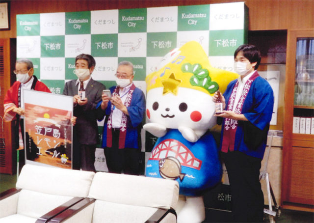 左から、守田代表、國井市長、原田理事長、青山専務理事