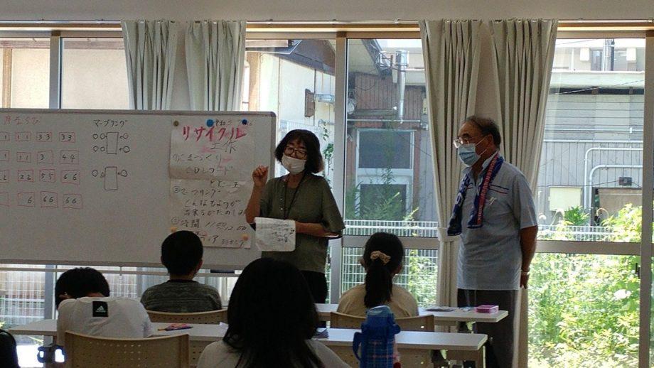 初日は下松市出前講座の講師を招き、リサイクル工作。