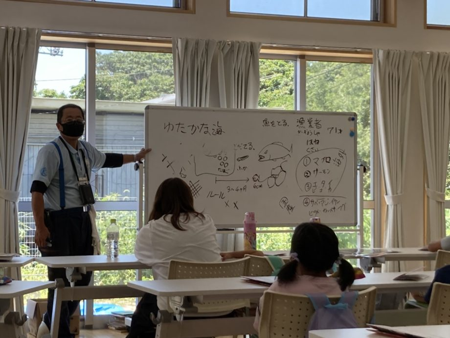 二日目は栽培漁業センターを招き、栽培漁業について学びました。